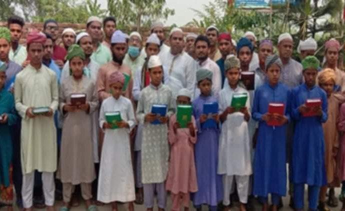 শাজাহানপুরে এতিম মাদ্রাসা শিক্ষার্থীদের হাতে কুরআন শরীফ তুলে দিল স্বেচ্ছাসেবকদল নেতা মমিন