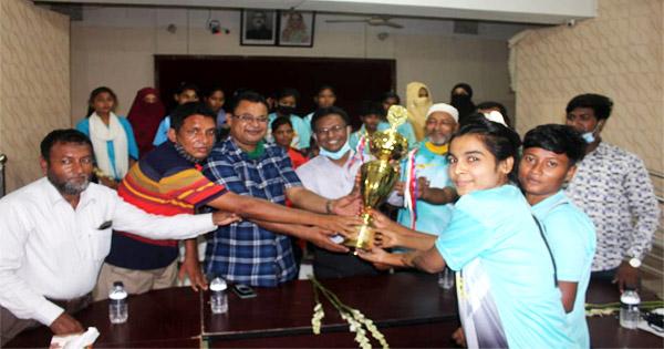 গাইবান্ধায় বঙ্গবন্ধু-বঙ্গমাতা জাতীয় গোল্ডকাপ ফুটবল টুর্ণামেন্ট বিজয়ী পলাশবাড়ী বালিকা টীমকে সংবর্ধনা